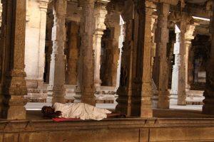 sieste dans un temple