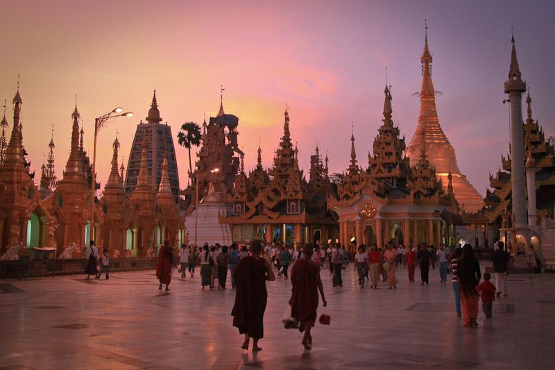 Aung San Suu Kyi - Dans la pagode Schwedagon