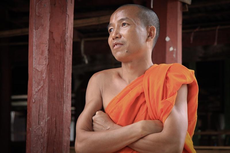 Le moine du temple aux chats - lac Inlé Birmanie