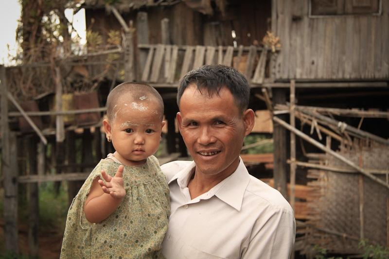 Le papa et sa fille - lac Inlé Birmanie