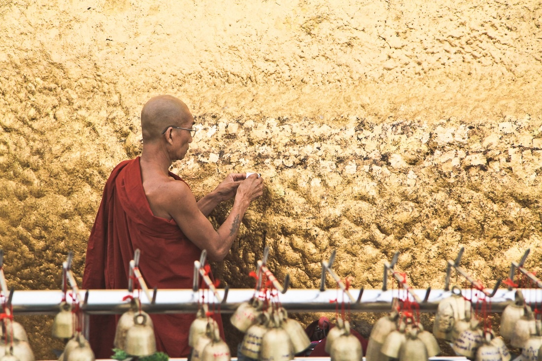 Seuls les hommes peuvent se recueillir au Rocher d'or en Birmanie. On y croise beaucoup de moines