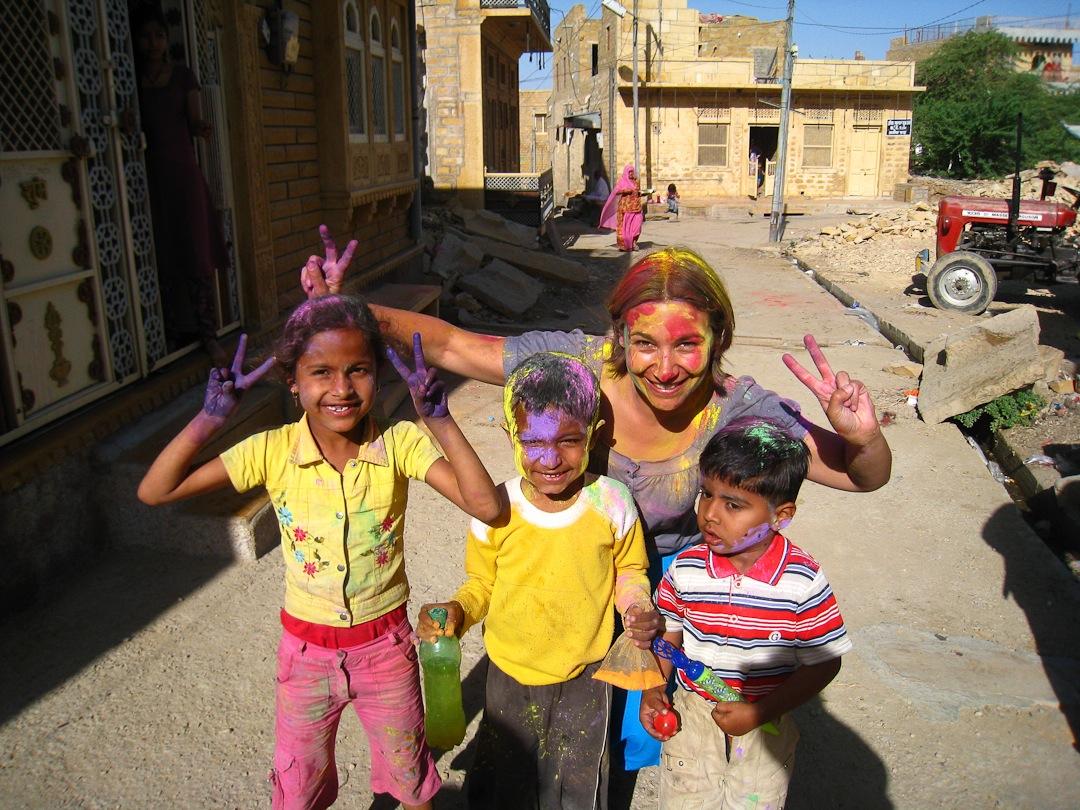En 2010 j'ai fait un tour du monde. Fêter Holi avec les enfants de Jaisalmer au Rajasthan en Inde est l'un de mes meilleurs souvenirs