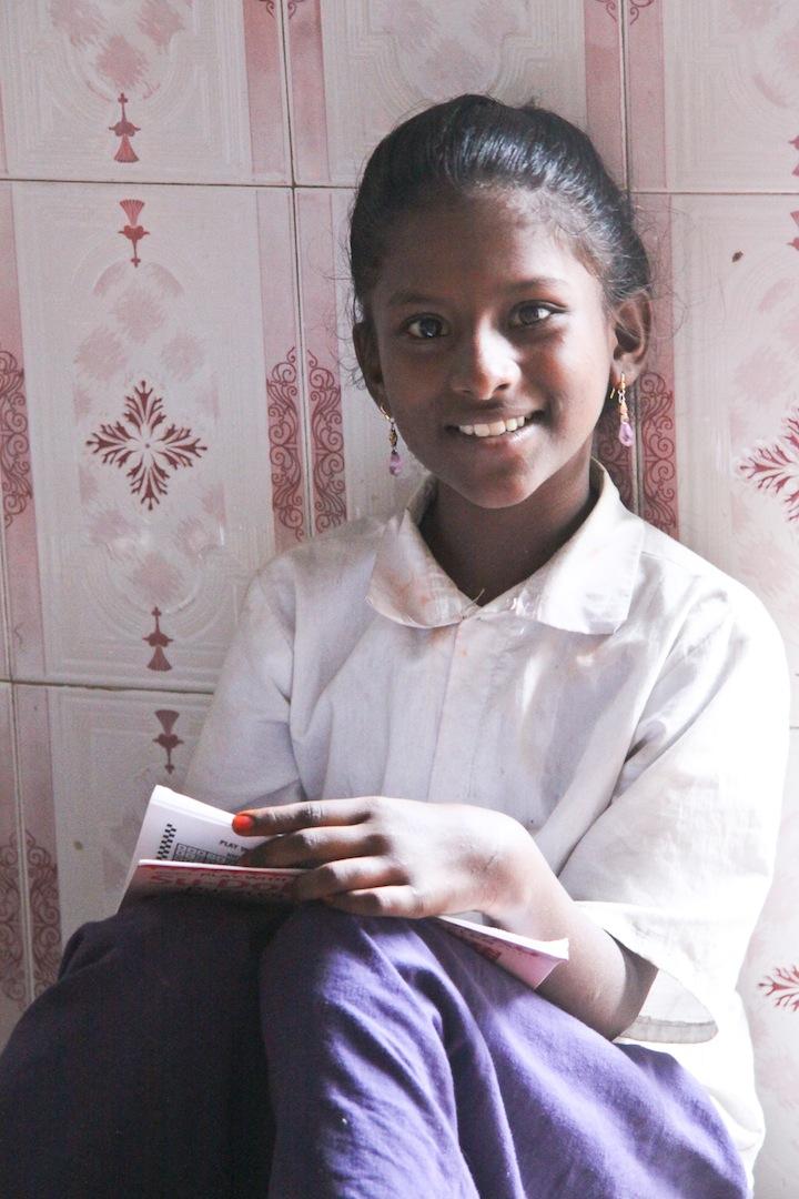 Au début de mon tour du monde, je me suis arrêtée dans un orphelinat en Inde du sud où j'ai rencontré Sasi, une jolie jeune fille souriante