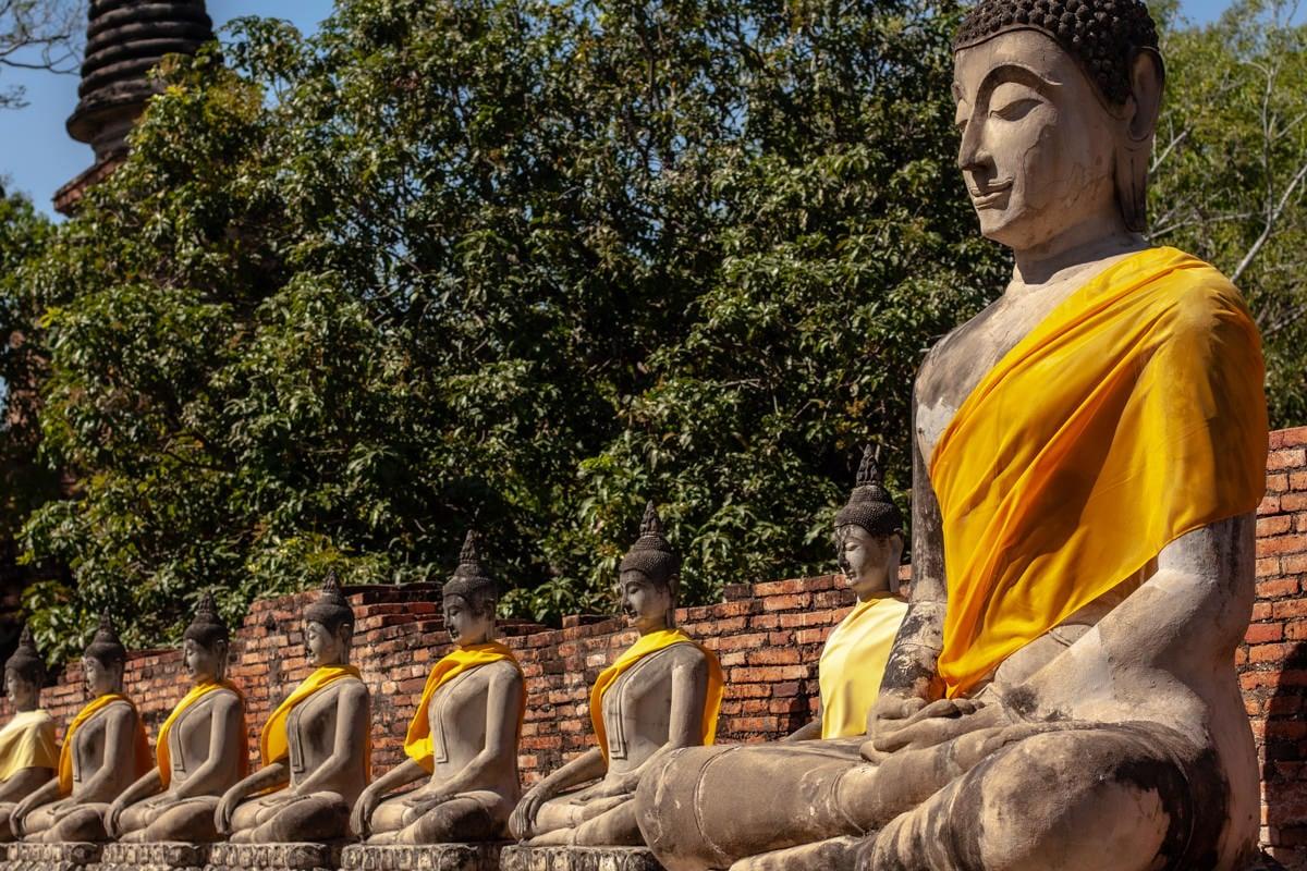 Bouddhas du temple Wat Yai Chai Mongkhon à Ayutthaya, Thaïlande