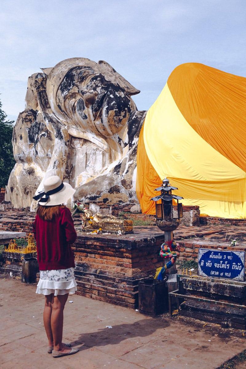 Priere au Wat Lokayasutharam à Ayutthaya