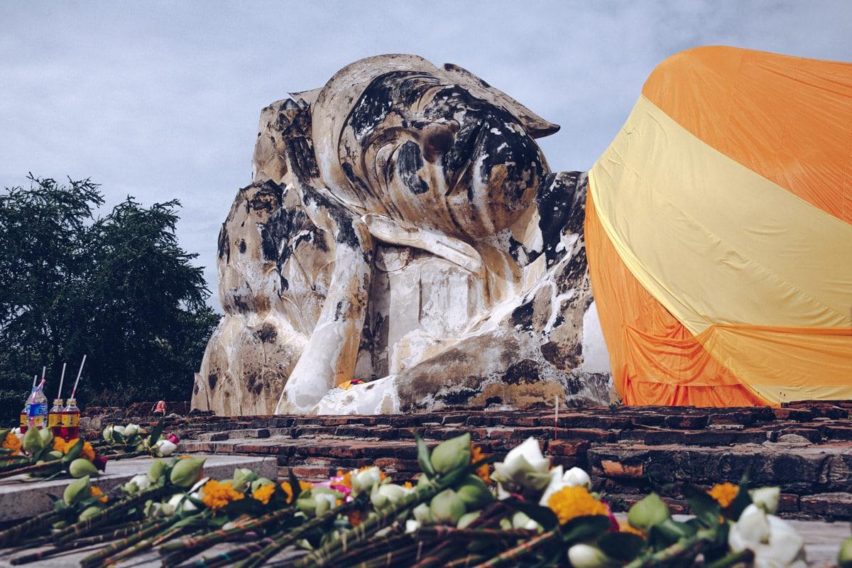 Le Wat Lokayasutharam est une ruine d'Ayutthaya avec un long Bouddha couché
