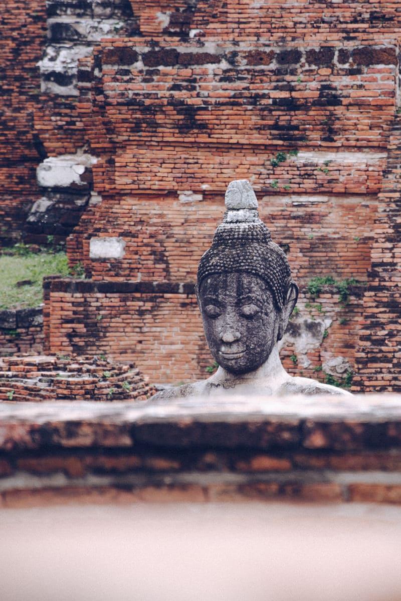 Statue à l'intérieur du Wat Mahathat à Ayutthatya