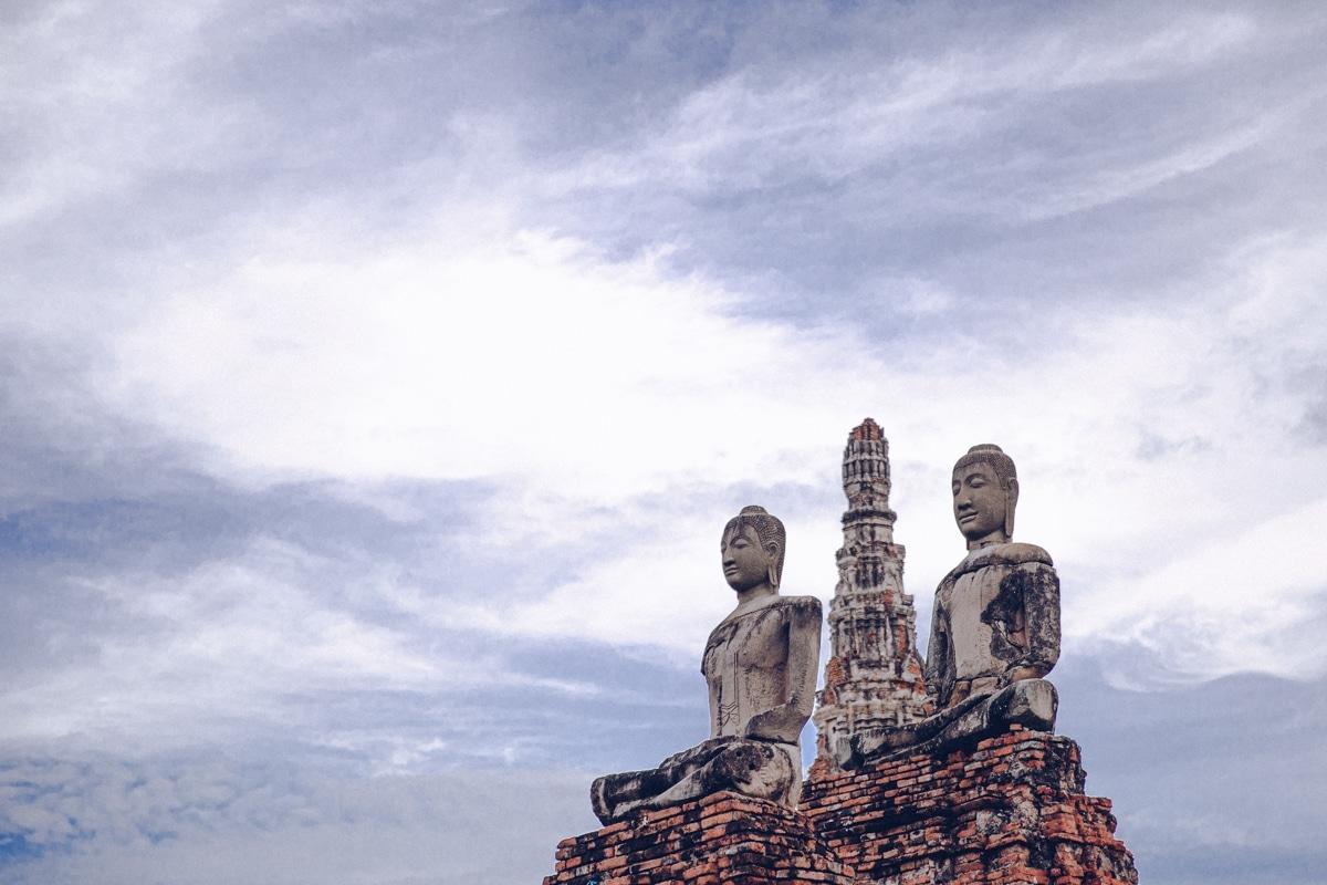 Le Wat Chai Watthanaram dans le parc archéologique d'Ayutthaya se visite en bateau à l'heure du coucher du soleil
