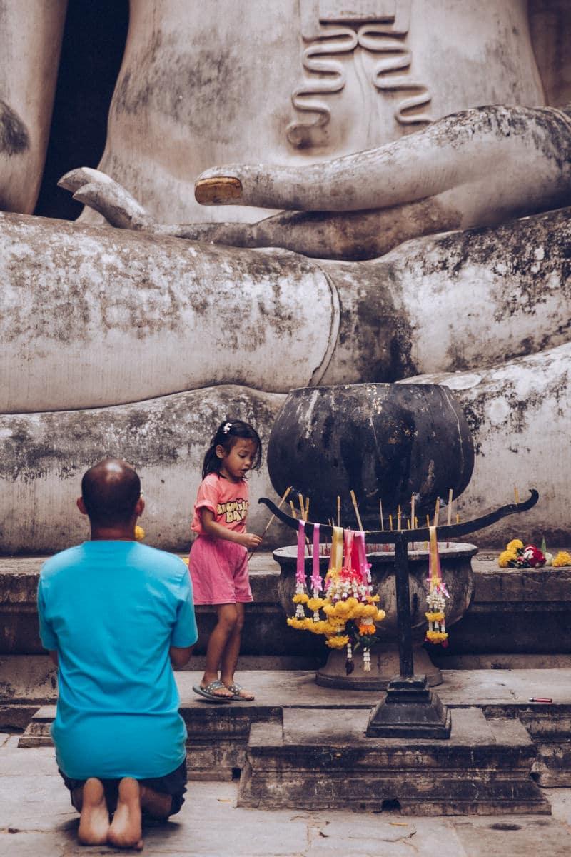 Prière au Wat Si Chum - Parc historique de Sukhothai en Thaïlande
