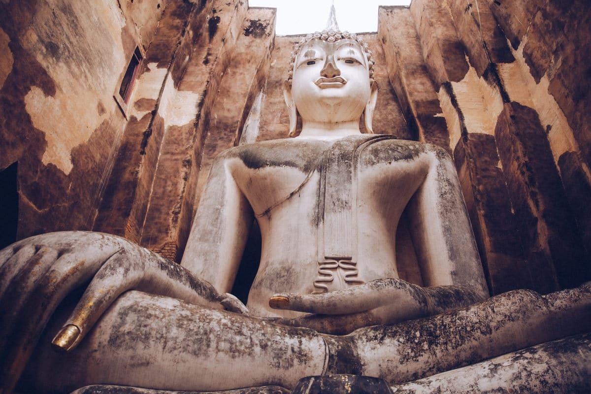 Le grand Bouddha assis du Wat Si Chum à Sukhothai, Thaïlande