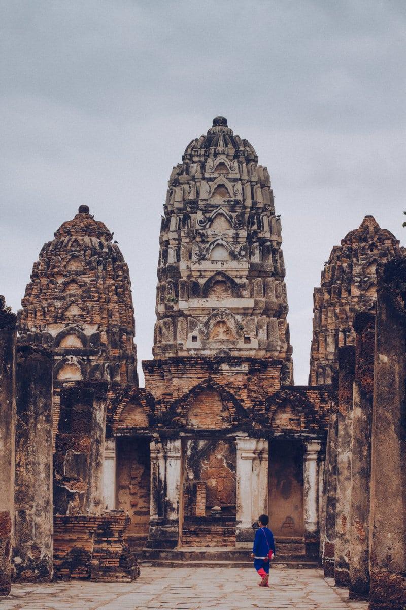 Les 3 prangs du Wat Si Sawai dans le parc historique de Sukhothai en Thaïlande