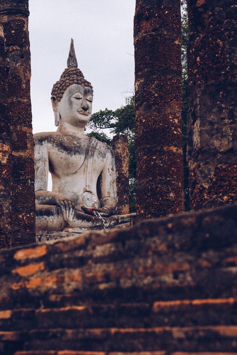 Bouddha du Wat Sa Si dans le parc historique de Sukhothai