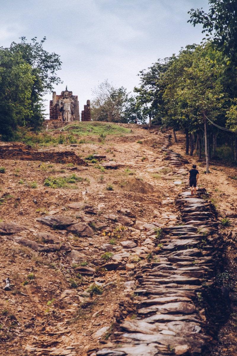 Chemin qui mène au Wat Saphan Hin dans le parc historique de Sukhothai, Thaïlande