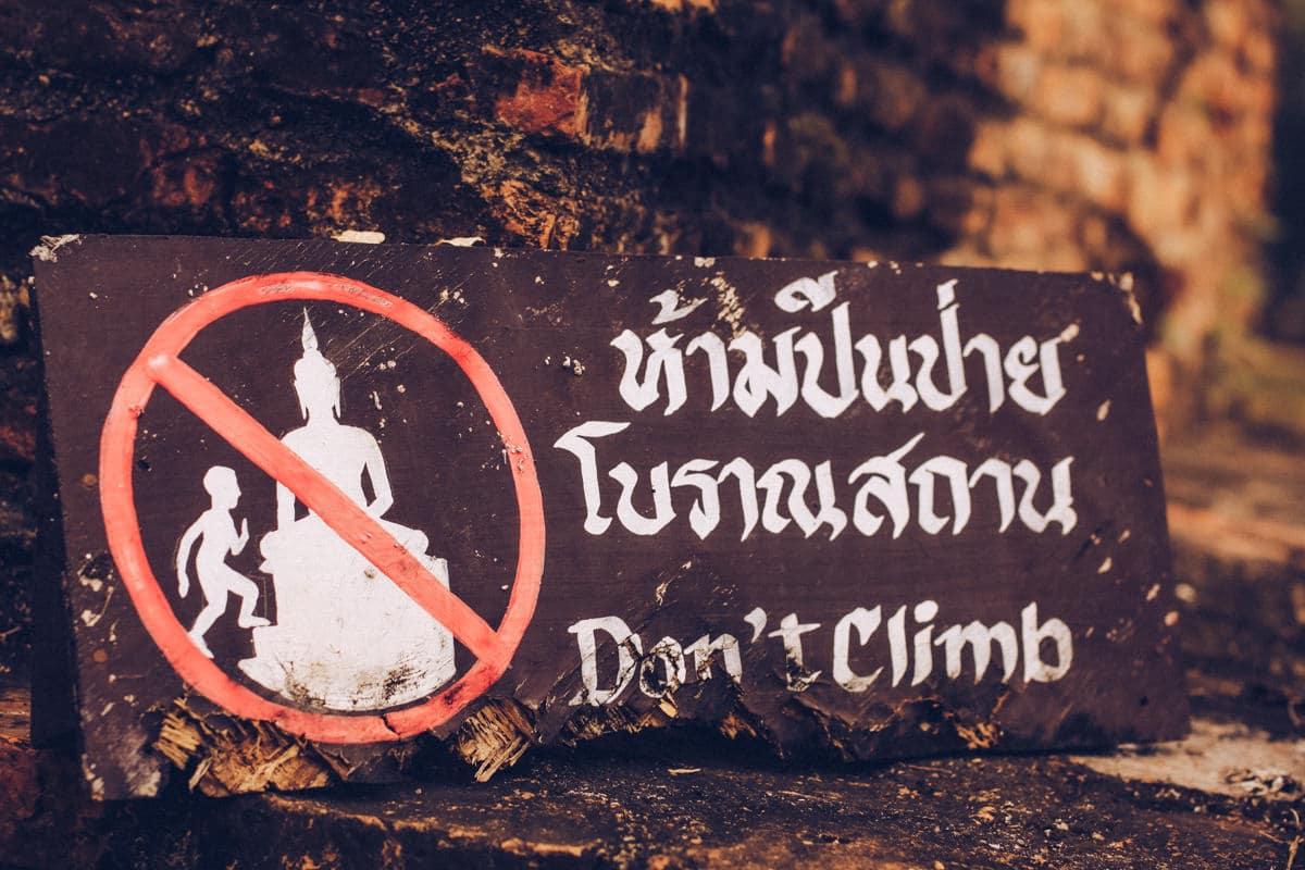 Ne pas faire dans le parc historique de Sukhothai en Thaïlande