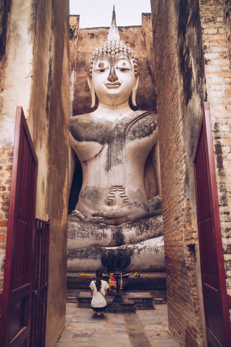 Prière au Wat Si Chum, Sukhothai - Thaïlande