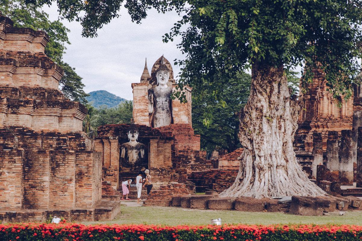 Deux Bouddha situés dans le Wat Mahathat, un ensemble du parc historique de Sukhothai en Thaïlande