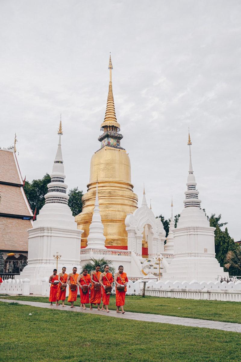 Le Wat Suan Dok se visite au lever du soleil pour voir les belles couleurs sur les montagnes