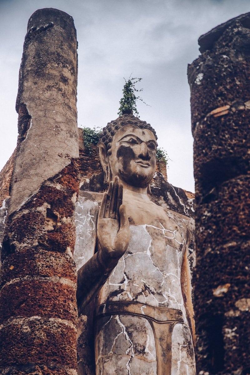 Bouddha debout du Wat Saphan Hin, parc historique de Sukhothai -Thaïlande