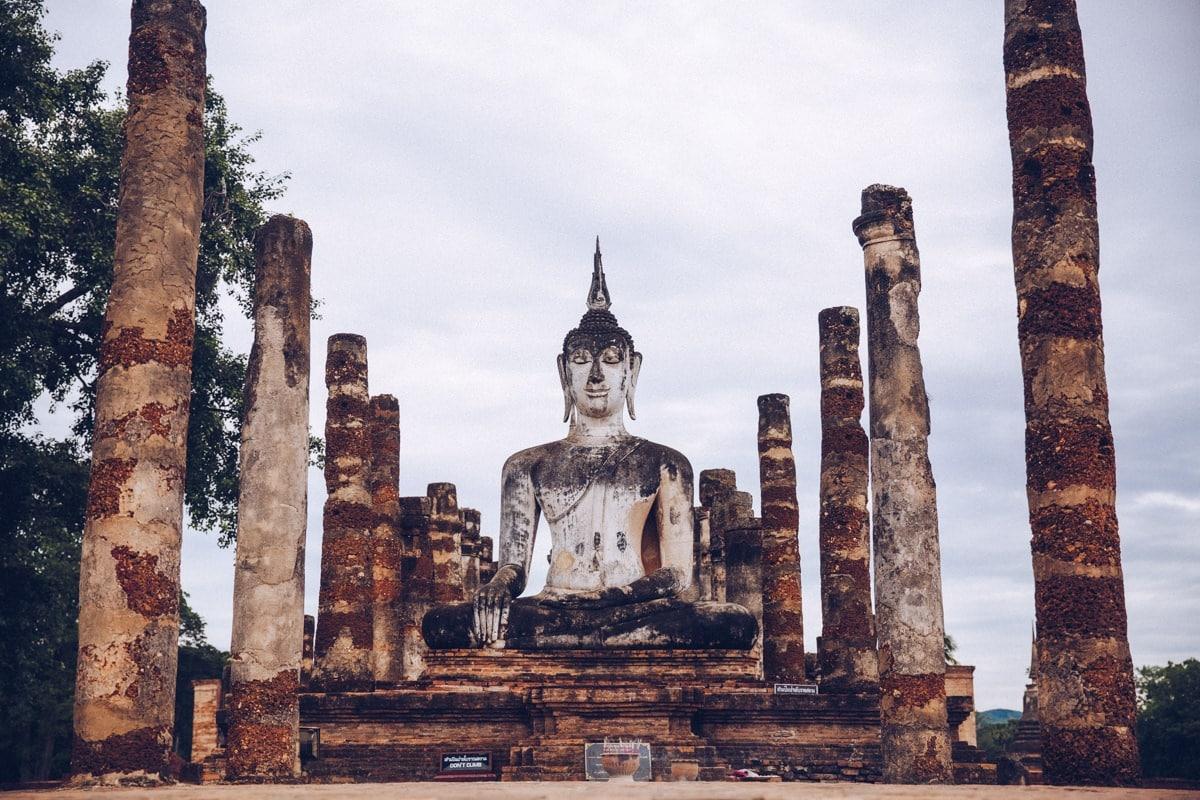 Bouddha de l'ensemble Wat Mahathat dans le parc historique de Sukhothai en Thaïlande