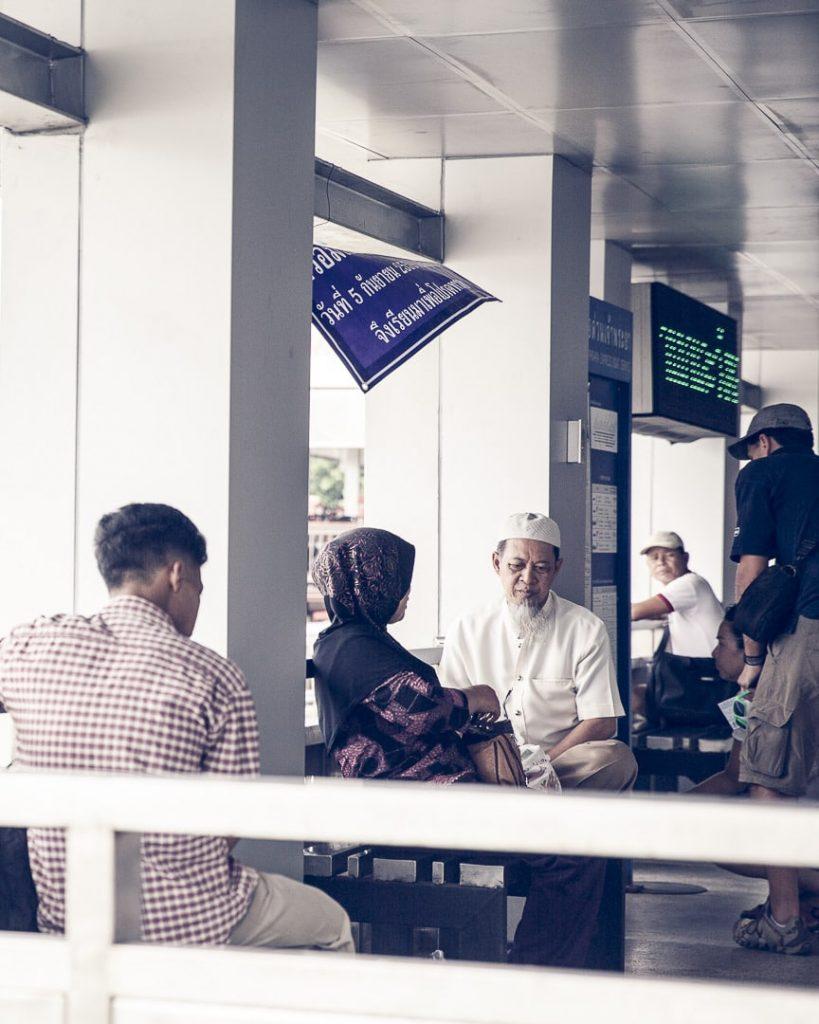 En attendant le Chao Phraya Express - Bangkok, Thaïlande