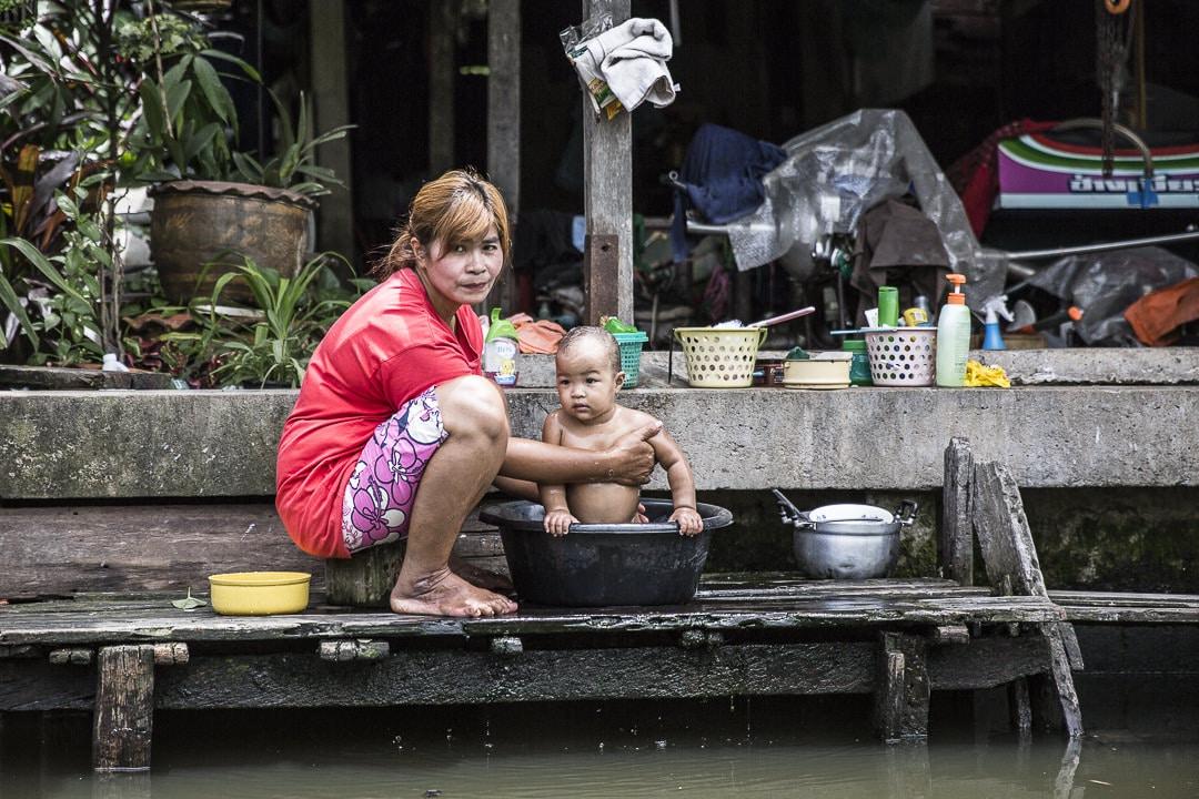 L'heure du bain dans les Klongs - Bangkok, Thaïlande