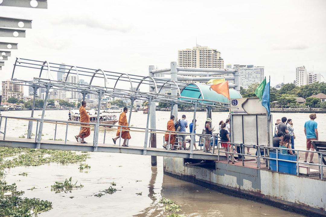 Les moines sur le Chao Phraya à Bangkok