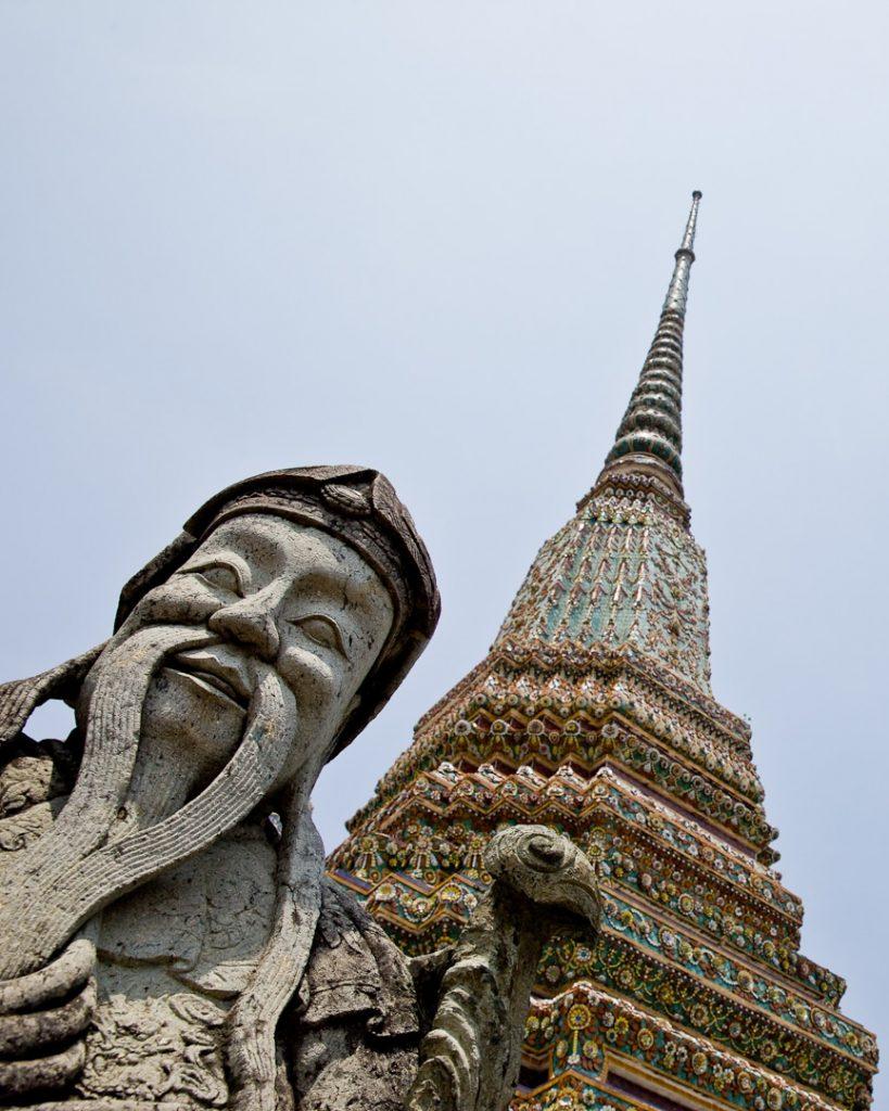 Statue et stupa du Wat Pho à Bangkok