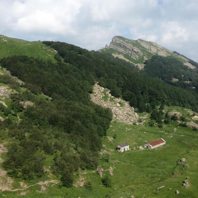 Randonnée dans Apennins vue depuis la crête