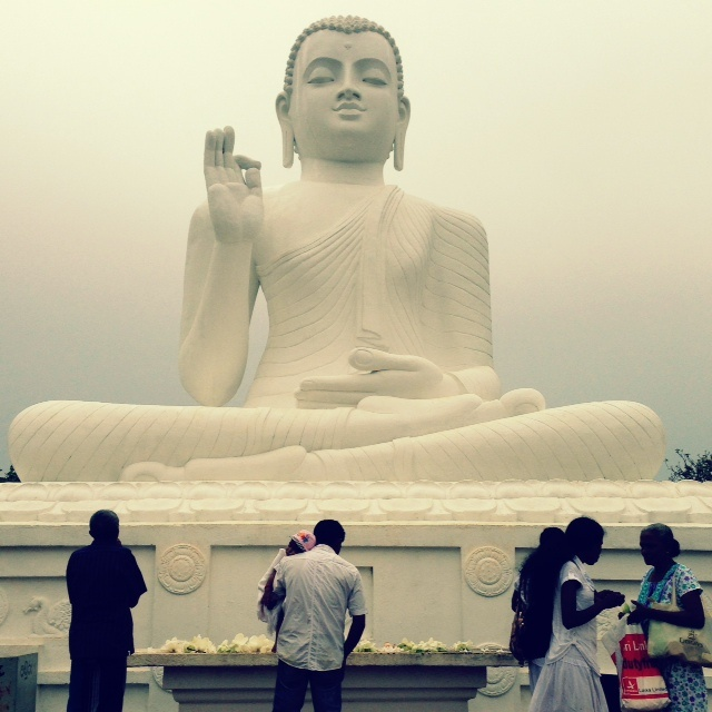 Bouddhisme au Sri Lanka - Mihintale devant Bouddha