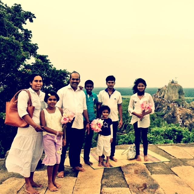 Bouddhisme au Sri Lanka Mihintale - devant le rocher sacré