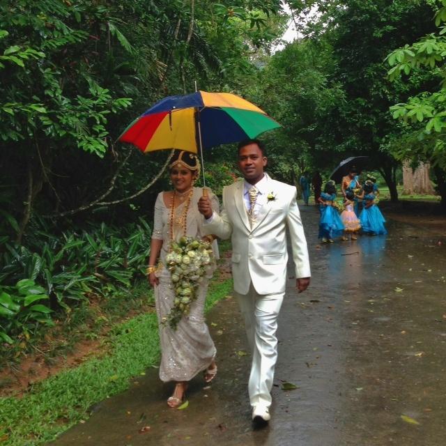 Jour de mariage au Sri Lanka - Sous le parapluie