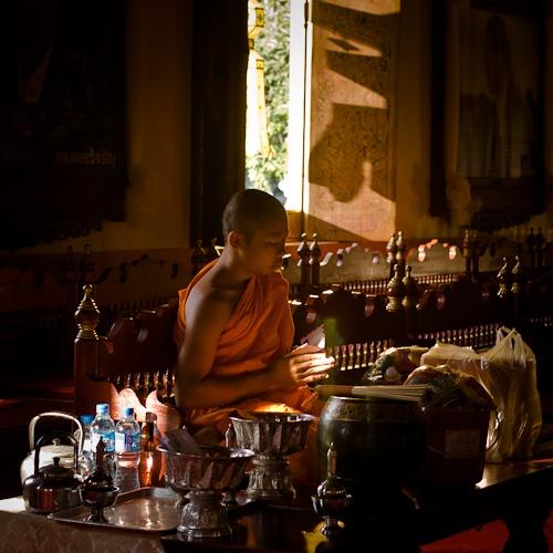 Prière au Wat Phra Singh