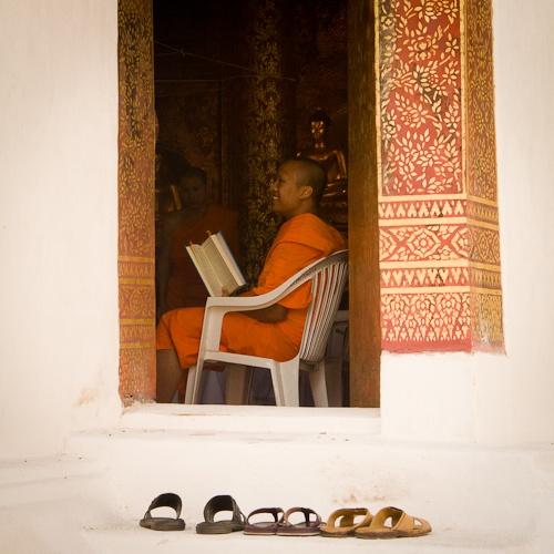 Wat Phra Singh - Moine et les chaussures