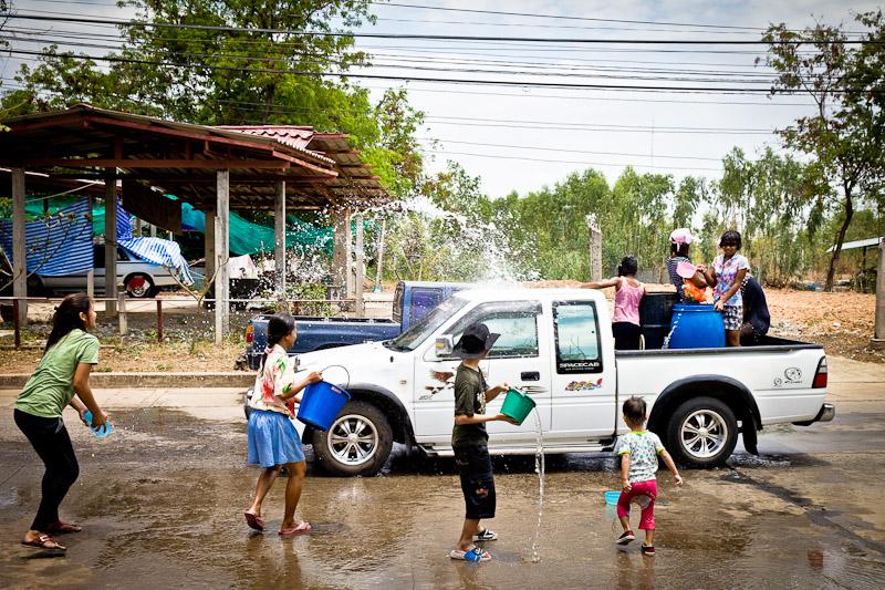 Feter songkran en Thailande - dans les rues de nang rong