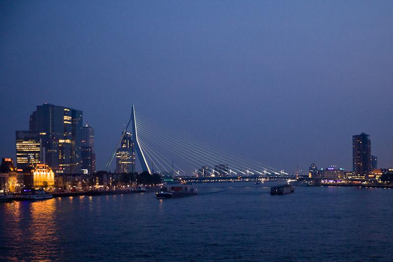 nuit dans le port dans le port de rotterdam