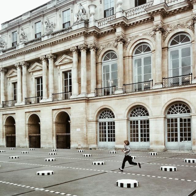 voyager en France - le palais royal et les colonnes de buren