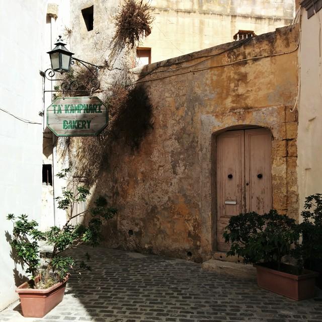 signe dans les ruelles de victoria Malte