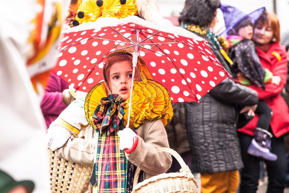Carnaval en allemagne - Schramberg Bawu - petite fille au parapluie