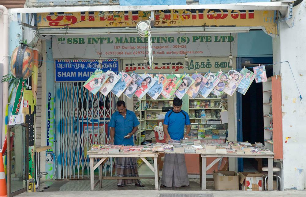 Scène de rue à Singapour - kiosque à journaux de Little India, la quartier indien