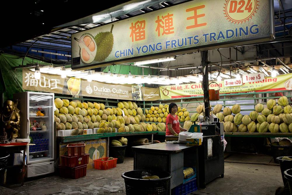 Le durian, le fruit incontournable en Asie. Il est adoré des asiatiques et détesté des européens. Interdit dans les hotels pour son odeur envahissante