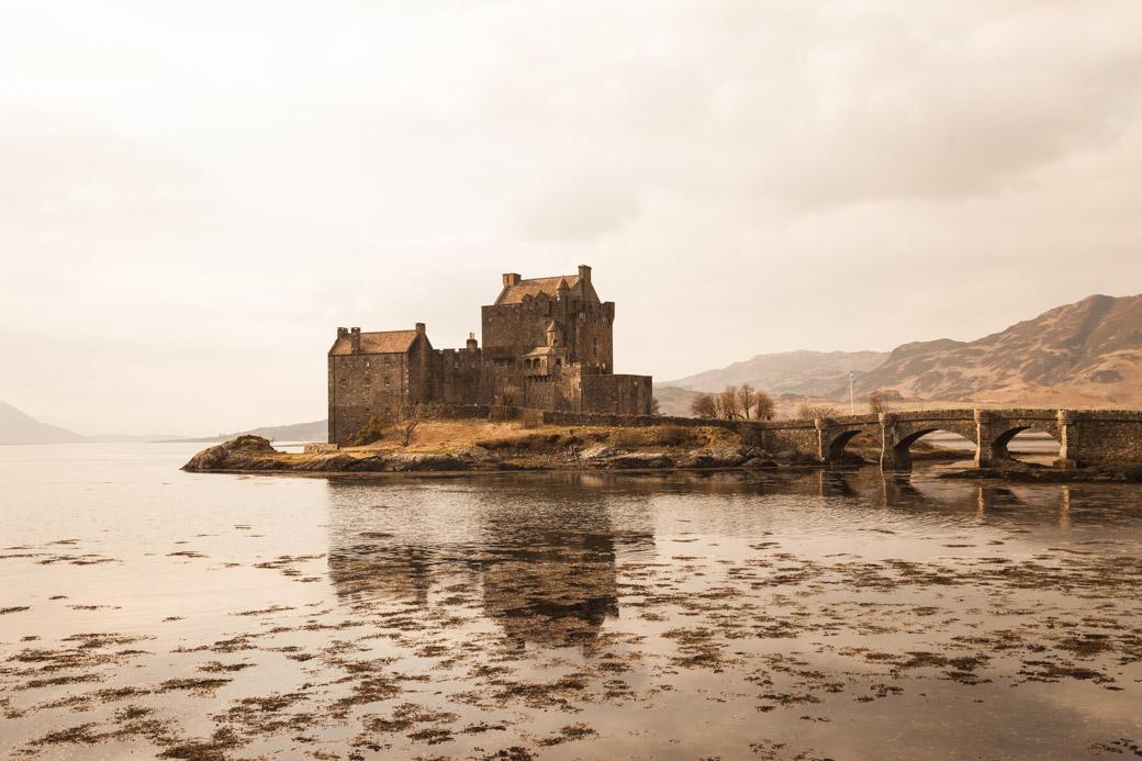 carte postale de l'Ecosse - chateau eilean donan à voir sur la route de l'ile de Skye lors d'un road trip en Ecosse