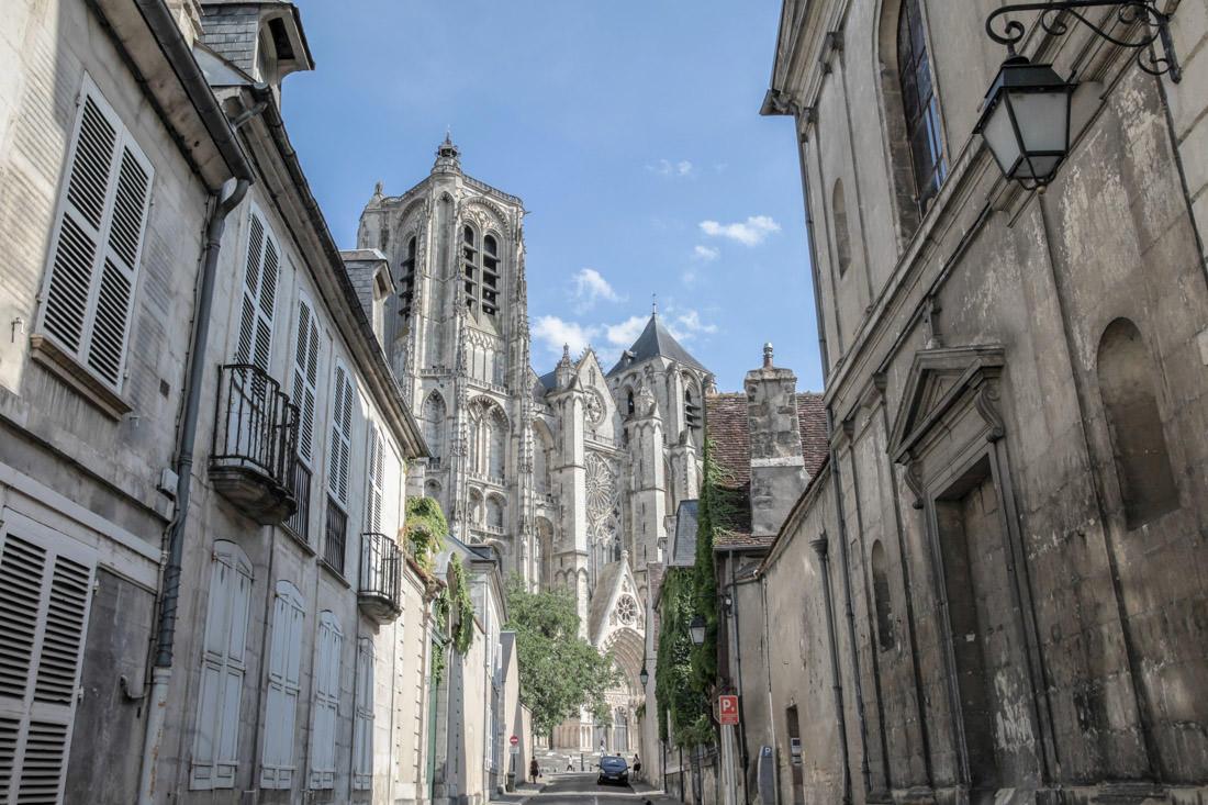 Enfance dans le Berry - vue sur la cathédrale depuis la rue porte jaune