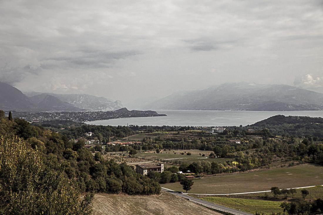 Lombardie - vue sur le lac de Garde depuis le chateau de Lonate