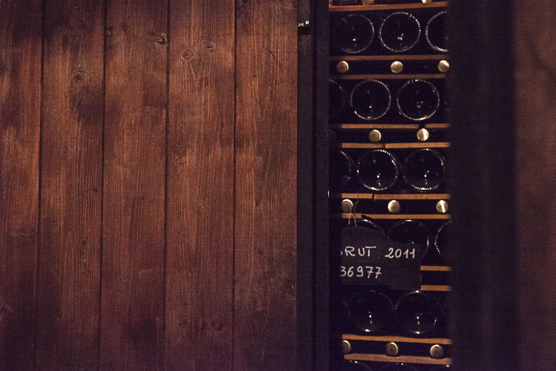 derrière une porte des bouteilles gardées dans une cave longue d'une vingtaine de mètres