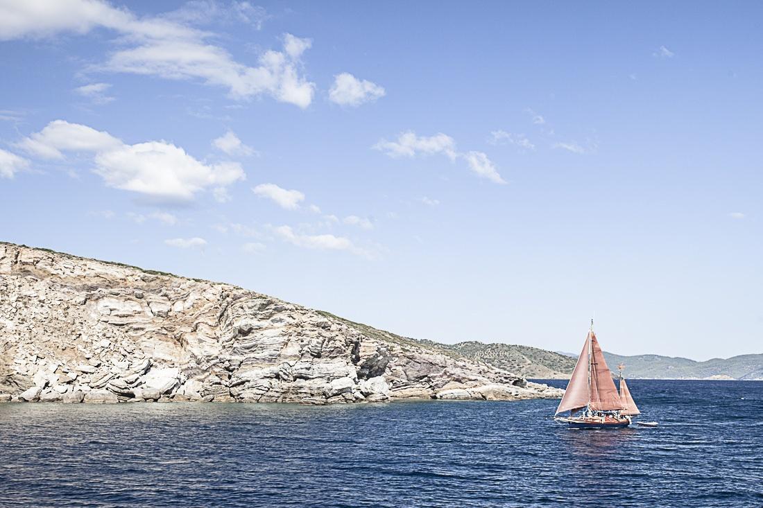 Voilier dans la mer Egée, sur la route d'Hydra