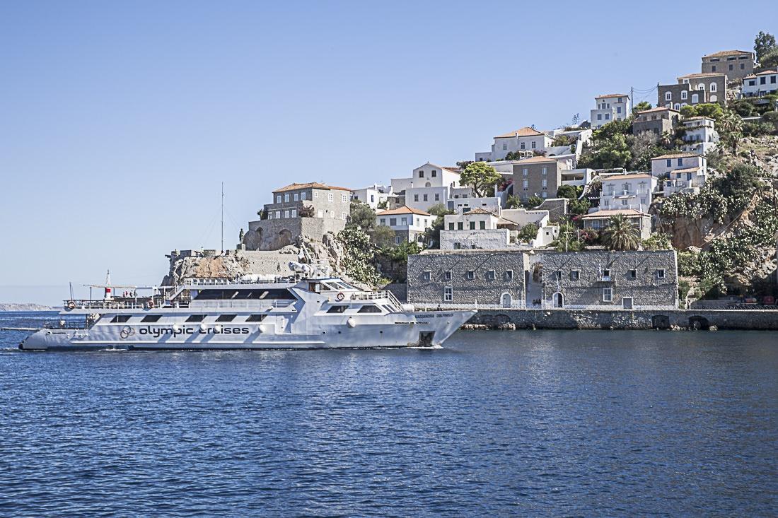 Croisière à Athènes le bateau olympic cruises entre dans le port de hydra d