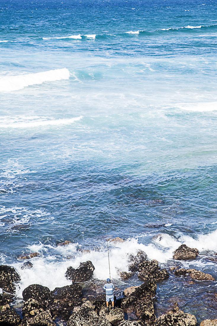 Au bords des vagues sur l'océan Atlantique