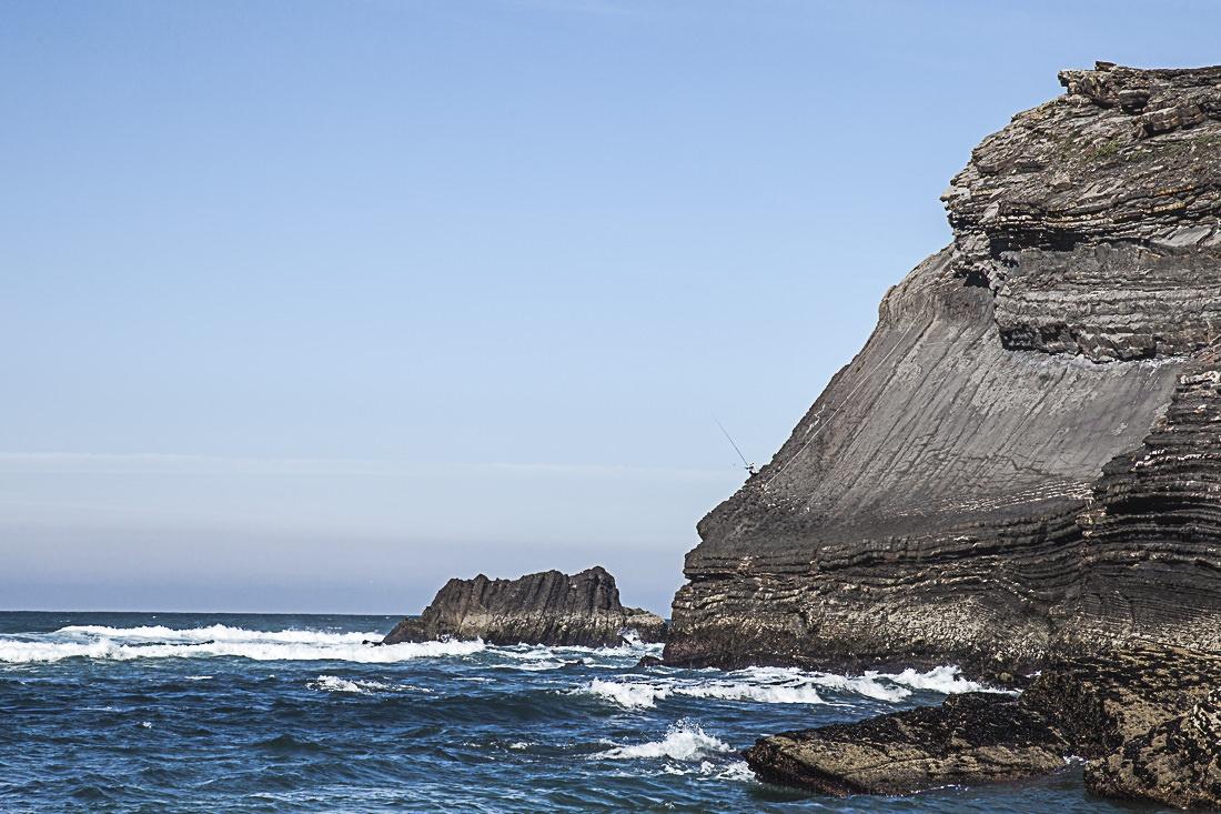 Pour aller pêcher, ce pêcheurs descends sur cette falaise en se tenant à une corde. L'Equilibrisme du pêcheur