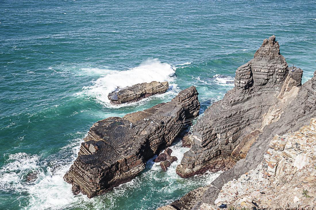 En Algarve les pêcheurs font de l'équilibrisme pour aller pêcher