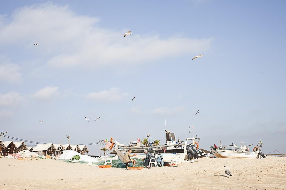 Les pêcheurs de la côte sud de l'Algarve. Préparation des filets avant de partir en mer